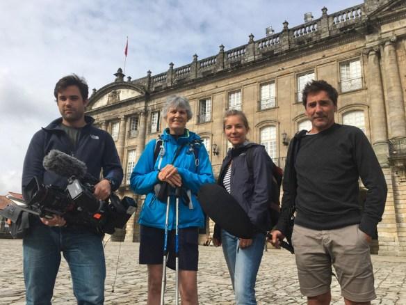 """Fabienne Bodan avec l'équipe de tournage du documentaire """"Sur les chemins de Compostelle"""" de l'émission Des Racines et Des Ailes - Saint-Jacques-de-Compostelle"""