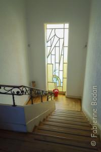 La maison compte deux étages. On passera devant un beau vitrail pour accéder au premier étage. © Fabienne Bodan