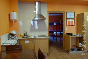 Dans l'ordre, la cuisine, le premier dortoir, une mini-cour, le second dortoir. © Fabienne Bodan