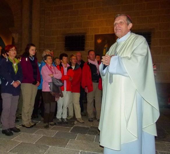 Monseigneur Brincard parle d'Humanité et de fraternité aux apprentis pèlerins. Cathédrale Notre-Dame-du-Puy, Le Puy-en-Velay © Fabienne Bodan