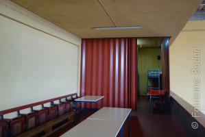 Au fond, les deux mini-dortoirs. A l'entrée, une grande salle de réunion avec une longue table. © Fabienne Bodan