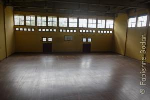 Le mini-dortoir se situe à l'étage de cette salle de sport, en mezzanine ouverte. Pensez donc à bien vous couvrir ! © Fabienne Bodan
