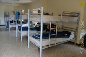 Un dortoir à taille humaine, des lits superposés mais suffisamment espacés les uns des autres, une maison propre. © Fabienne Bodan