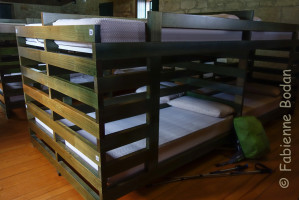 Les lits superposés sont en bois assez épais, et donc, contrairement aux lits superposés métalliques, lorsque votre voisin de lit, en haut ou en bas, se retourne la nuit, vous ne sentez rien. © Fabienne Bodan