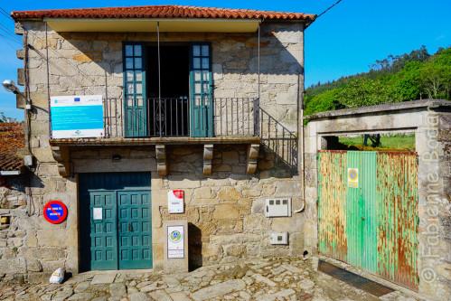 L'albergue de la Xunta de Galicia se situe en contrebas du Couvent des Carmes, après avoir traversé le pont Santiago. © Fabienne Bodan
