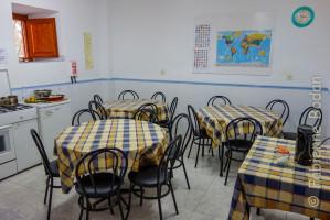 Albergue Gaucelmo de la Confraternity Saint James, Rabanal del Camino, Camino francés. La cuisine-salle à manger à la disposition des pèlerins. © Fabienne Bodan