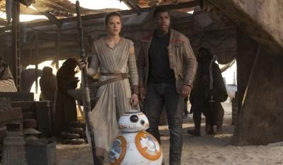 Star Wars: The Force Awakens..L to R: Rey (Daisy Ridley) and Finn (John Boyega)..Ph: David James..© 2015 Lucasfilm Ltd. & TM. All Right Reserved.