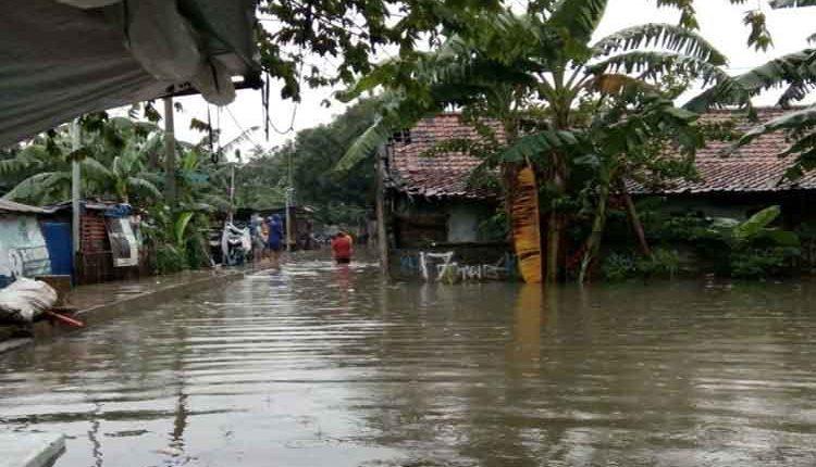 ratusan rumah terendam banjir di Karawaci Kota Tangerang