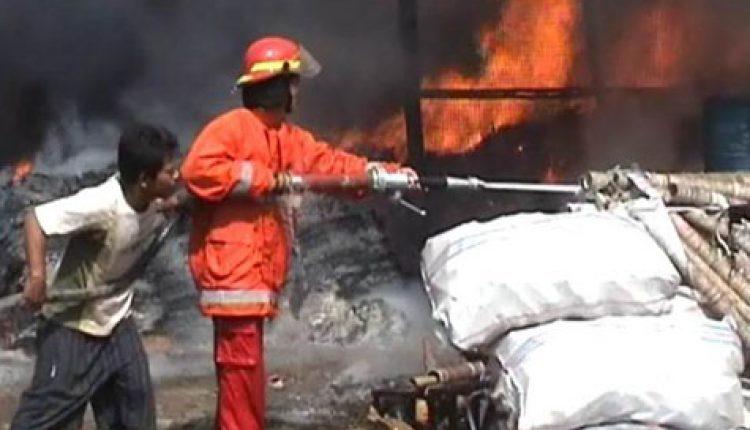 dua gudang limbah terbakar