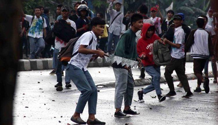 aksi tawuran pelajar serang