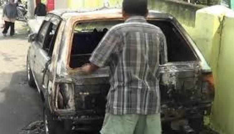 pembakaran mobil dan pagar rumah