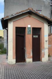 """A sinistra il bagno, è una semplice """"turca"""" piuttosto sporca, comunque agibile in emergenza!"""