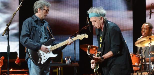 13.abr.2013 - Eric Clapton (à esq) e Keith Richards se apresentam no Crossroads Guitar Festival, promovido por Clapton, que reúne grandes nomes da guitarra de vários gêneros