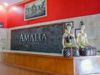 Meja resepsionis Amalia Guest House Malang (sumber: booking.com)