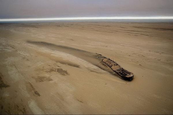 """Судно """"Эдуард Болен"""", севшее на мель у Берега Скелетов в Намибии 5 сентября 1909 года"""