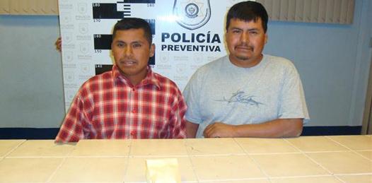 Detenidos cargando droga en una camioneta