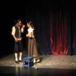 El texto de la obra está basado en las novelas del Marqués de Sade; no obstante, la mayoría del texto es de la autoría de Rodrigo y Carrillo Tripp. Diferentes tonos fueron mostrados durante la puesta en escena, pasando del drama a la comedia, por medio de diversos recursos teatrales, incluso se utilizan títeres en un momento determinado.