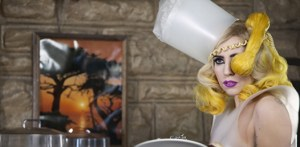 En esta ocasión La Gaga, según rumores, ha decido quedarse con unas lindas piezas de ropa interior que le prestó la marca  Rigby & Peller.