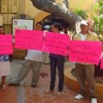 Don Carlos Burgóin encabezó el plantón que ayer familias de Palo Escopeta hicieron contra Luis Armando Magdaleno.