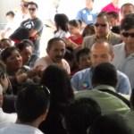 Momento en que el líder estatal de los trabajados del Sector Salud, Q.F.B. Modesto Robles, entrega un documento al presidente Felipe Calderón solicitando su apoyo para el otorgamiento de plazas para el nuevo hospital, las que dijo las actuales no son suficientes.