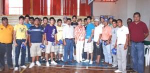 La selección de beisbol de La Paz recibió sus iniformes ayer y hoy abre su participación en el Campeonato Nacional Nuevos Valores.