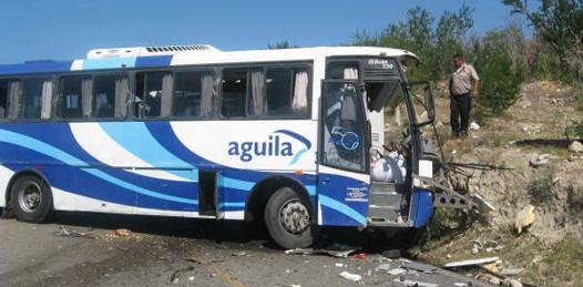 Marchan deudos de víctimas de carreterazo de Trasportes Águila
