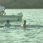 Momentos en que se intentó rescatar a cuatro ballenas varadas donde tres murieron y sólo una sobrevivió.