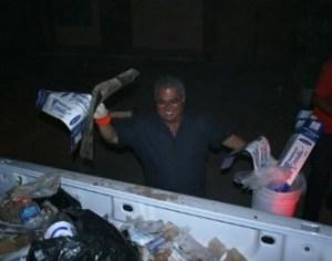 El presidente municipal de Comondú, Dr. Joel Villegas Ibarra, acompañado de un grupo de 30 funcionarios de su administración se dieron a la tarea de retirar la basura de las calles y avenidas de mayor circulación y la zona centro de Ciudad Constitución.