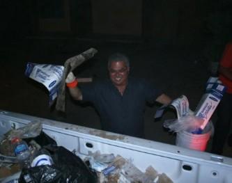 Recogen basura de las calles alcalde y funcionarios