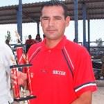 """Cristian Ganiz del equipo Sector Salud, campeón bateador de la temporada """"Mario Sánchez Moreno""""."""