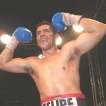 "Felipe ""Indio"" Romero expone su campeonato nacional frente a Julio González."
