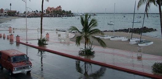 Un lluviecita y se inundó el malecón