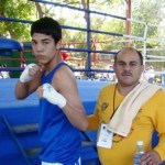 Martín Flores y su entrenador Miguel A. Cota, listos para participar en el campeonato estatal este fin de semana.