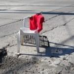 Como aviso de alerta, los vecinos de las calles Altamirano y Nayarit, colocaron una silla con un trapo rojo, para prevenir a los conductores del gran bache que ahí existe.