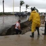 El daño causado en el pavimento y en calles de terracería, una muestra de lo endeble que está la infraestructura en Los Cabos.