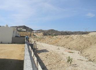Invasiones a la vista de las autoridades: están rellenando el arroyo Don Guillermo