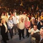 Visiblemente emocionado por el respaldo de los comundeños, Luis Armando Díaz dijo que en la noche del 6 de febrero en Comondú, como en los otros municipios, los candidatos de la Coalición PRD-PT estarán festejando el triunfo de las 5 alcaldías, 16 diputaciones locales y gubernatura, porque en este proyecto hay lealtad, hay responsabilidad, hay dignidad, pero sobre todo, hay orgullo y responsabilidad para seguir impulsando gobiernos cercanos y de resultados a la gente.
