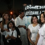 Casi kilómetro y medio de peregrinaje para exponer el caso de desaparición de su hija, recorrieron Melchor Soto Torres y Esmeralda Salinas Gutiérrez junto a un grupo de personas de la comunidad que de manera altruista apoya la causa en tono afligido.