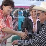 El apoyo a las personas de la tercera edad y personas con discapacidad por parte de la alcaldesa Rosa Delia Cota Montaño se reflejó el día de ayer con la entrega de 600 despensas alimenticias que se dividieron en 500 adultos mayores y 100 discapacitados de las diferentes áreas la región paceña.