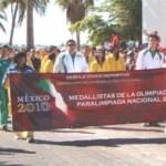Contingente de deportistas destacados de Baja California Sur, participando en el desfile del 20 de Noviembre.