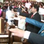 """Mientras se daba continuidad a esta honorable sesión pública en donde el actual gobernador Narciso Agúndez Montaño y el magistrado Montiel Padilla fueron abucheados por los asistentes y, manifestantes priistas alzaban sus pancartas a la voz de """"Zavala, Zavala, Zavala"""""""
