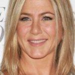 En una entrevista para la publicación Red, Aniston fue cuestionada acerca de su estado sentimental, a lo que la actriz respondió con su característica amabilidad, que le gustaría que la dejaran en paz en cuanto a ese espinudo tema. ¿La solución de la estrella para lograrlo? Pues cuál otra va a ser: casarse con el eterno novio sin compromisos, George Clooney, por supuesto...