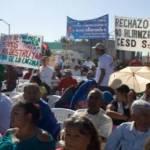 """Los más activos fueron los miembros del """"Movimiento Democrático del Magisterio de Baja California Sur"""", que entregaron volantes, alzaron pancartas y gritaron consignas ensayadas."""