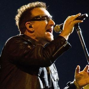 """No podemos dejar pasar el apoteósico recibimiento que 111.000 personas le dieron al fantástico grupo U2en el Azteca, donde Bono, como es su costumbre, ensalzó lo positivo de México, hablando también de problemas migratorios cuando dedicó el tema de Ben E. King, """"Stand by me""""."""