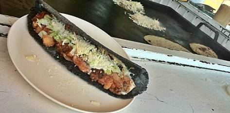 """Quesadillas, pambazos, gorditas y huaraches son preparados con tortillas hechas a mano tanto en esta variedad tan especial del """"pan de los mexicanos"""" como en la más ortodoxa versión con maíz amarillo."""