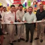 El presidente municipal, José Antonio Agúndez Montaño, acompañado del delegado Gabriel Larrea Santana y del secretario de turismo en la entidad, Rubén Reachi Lugo, quien cortó el listón inaugural, para dar apertura a la nueva tienda Ley Express.