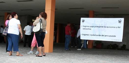 En demanda de pagos atrasados, toman  trabajadores de COBACH Palacio de gobierno