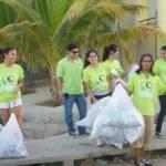"""El evento se realizó en el crucero que se encuentra frente a la Delegación de Cabo San Lucas se dieron cita a las 6:30 de la tarde una decena de jóvenes para realizar la Campaña Juvenil de Limpieza """"Limpiando tu auto, limpiamos Los Cabos""""."""