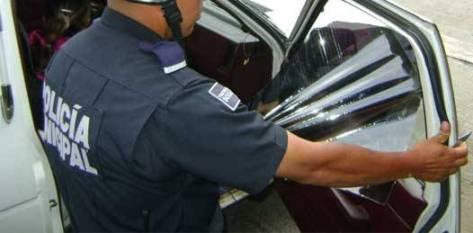 """La Ley de Tránsito Terrestre, en su Artículo 28, dice: """"El vidrio parabrisas frontal de los vehículos deberá permanecer libre de cualquier obstáculo que dificulte o impida la visibilidad hacia el exterior o interior de los mismos."""