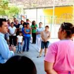 """En su recorrido el diputado Carballo visitó el """"Centro de Salud Flores Magón"""", donde hizo entrega a las vecinas del lugar de un piso de 57 metros cuadrados que será acondicionado para practicar ejercicios, con lo que dio respuesta a la solicitud que le hiciera el """"Grupo de Ayuda Mutua"""", que encabeza la enfermera Alejandra Gutiérrez Noriega."""